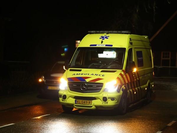 Krantenbezorger naar het ziekenhuis na aanrijding in Vriezenveen