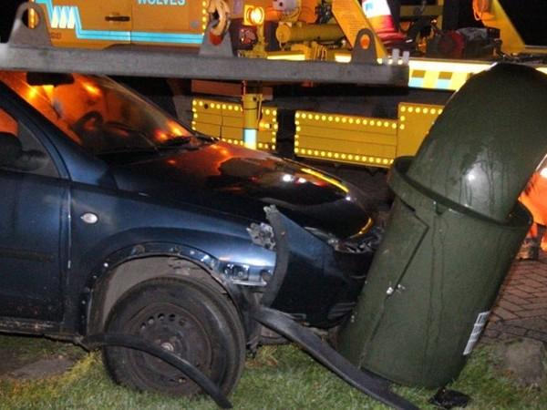 Auto vliegt uit de bocht en ramt prullenbak in Deventer