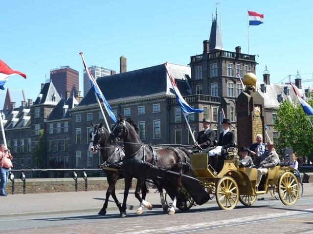 Rij zelf eens in een gouden koets door Den Haag