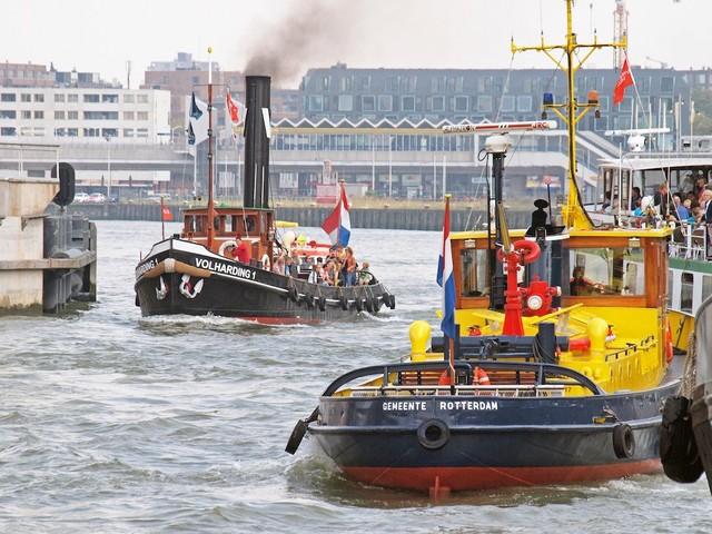 Vanaf een historisch schip haven van Rotterdam verkennen