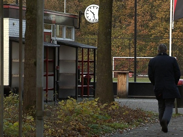 Leden VV Holten zoeken steun bij elkaar na overlijden speler