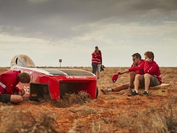 Flinke domper voor Solar Team Twente in zonnerace Australië: auto waait van de weg