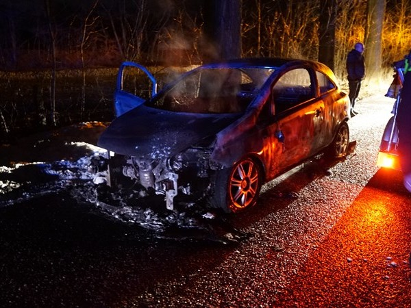 Auto vliegt in Olst spontaan in brand tijdens het rijden