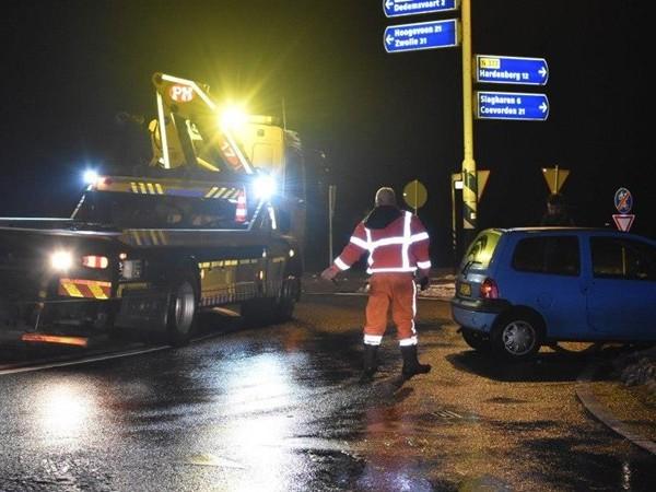 Auto schiet rechtdoor over gladde rotonde in Dedemsvaart