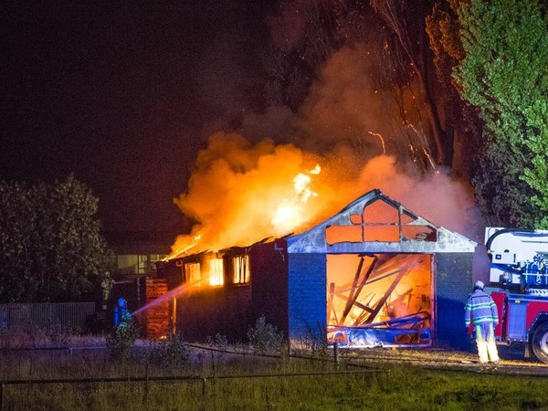 Asbest vrijgekomen bij uitslaande brand in loods IJsselmuiden