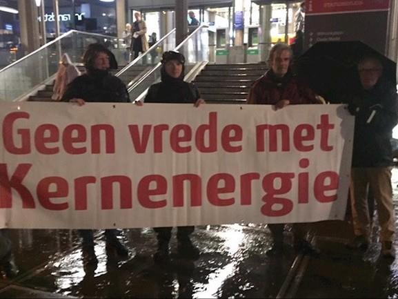 Protest bij station Enschede tegen transport uraniumafval