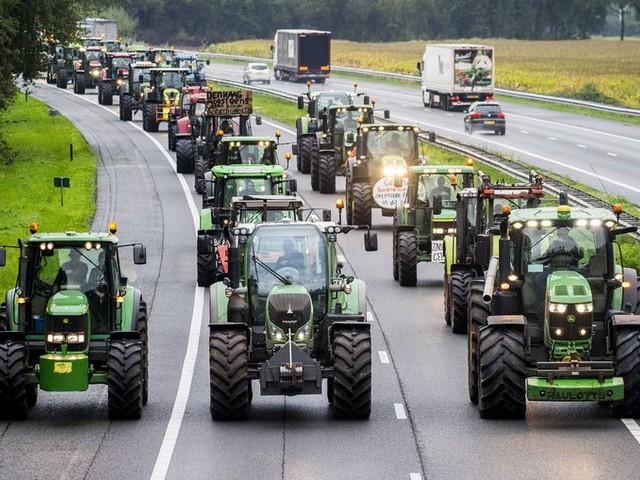 Boeren blokkeren A1, urenlange vertraging voor automobilisten