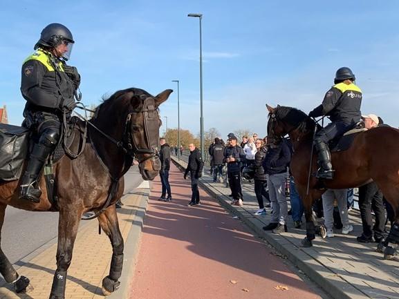 Grote ME-macht zorgt dat bussen met tegenstanders zwarte piet na demonstratie Den Bosch uit kunnen