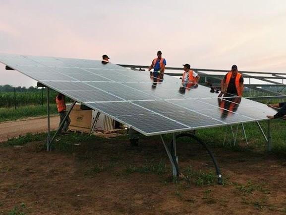 Eerste panelen in grootste zonnepark van Overijssel geplaatst