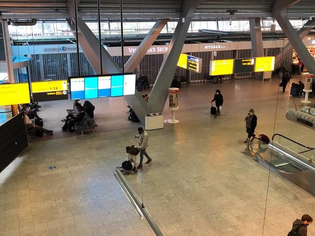 Coronanieuws: fors minder reizigers op Eindhoven Airport, minder coronapatiënten in ziekenhuizen