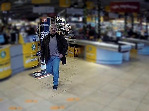 Beelden van zakkenroller die supermarkten in Almelo uitkiest als zijn 'werkterrein'