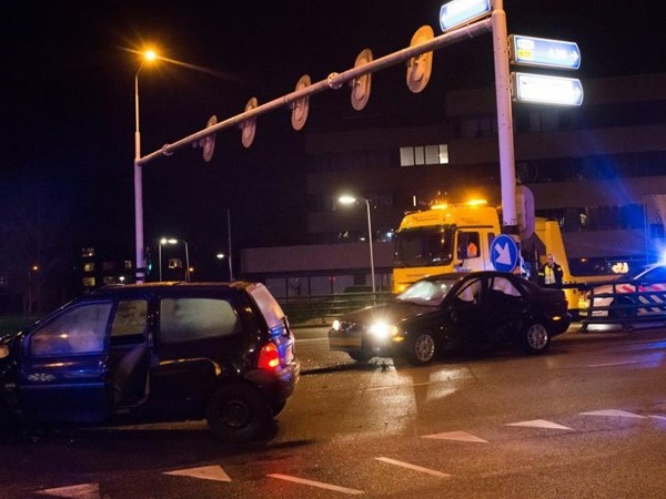 Twee gewonden bij botsing auto's in Zwolle