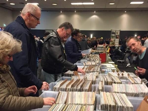 Liefhebbers op zoek naar vinyl pareltjes op platenbeurs in Zwolle