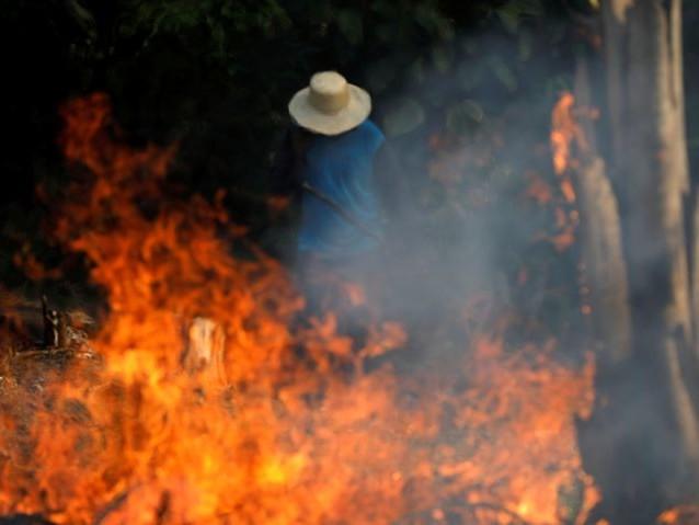 De Amazone brandt, Bolsonaro geeft ngo's de schuld
