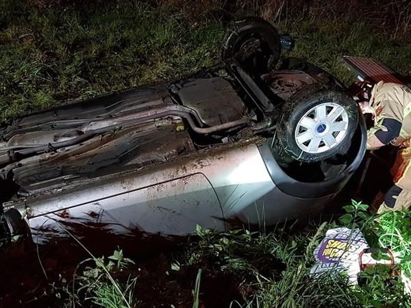 Auto belandt op de kop langs A35 bij Hengelo, bestuurster gewond