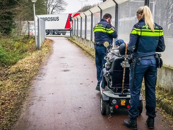 Dronken oudere vrouw rijdt met scootmobiel sloot in