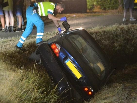 Auto raakt van de weg en belandt in sloot, meerdere gewonden naar het ziekenhuis