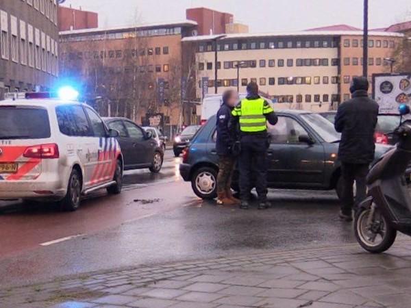 Scooterrijder gewond bij botsing met auto in Enschede