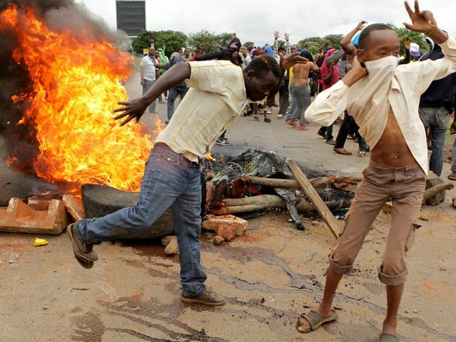 Een jaar sinds Mugabe: 'Achter elke Zimbabwaanse president staat een sterke generaal'