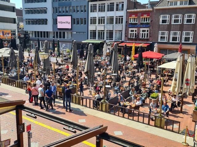 Coronanieuws: 389 coronapatiënten in ziekenhuizen, terrassen langer open
