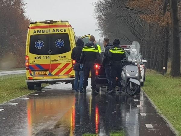 Scooterrijdster glijdt uit op nat wegdek in Enschede en raakt gewond