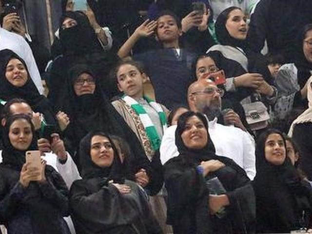 FOTO'S - Saoedische vrouwen voor het eerst bij voetbal