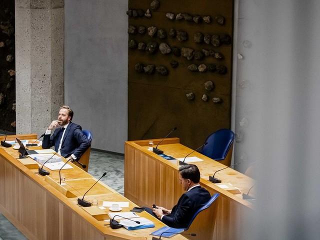 Kabinet krijgt coronapas maar nét door de Kamer dankzij steun PvdA
