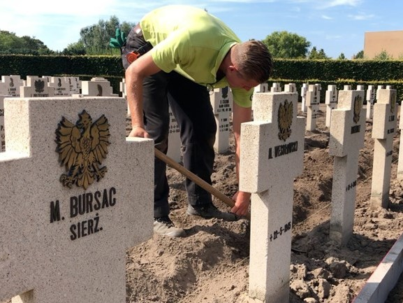 'Ze hebben meer geleden dan wij', Wim en Thijs knappen Poolse begraafplaats in Breda op
