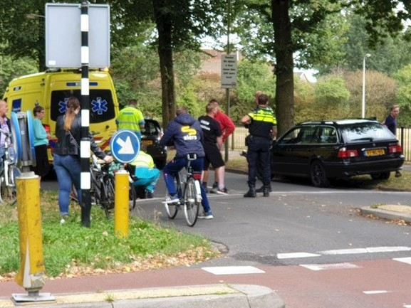 Fietser naar ziekenhuis na aanrijding met auto in Hengelo