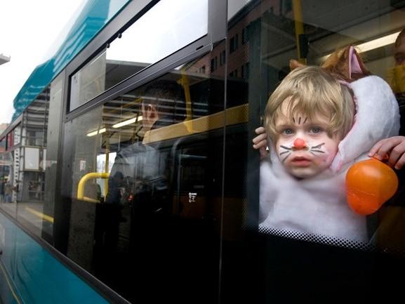 Tijdens carnaval brengt de bus je tot diep in de nacht veilig naar huis