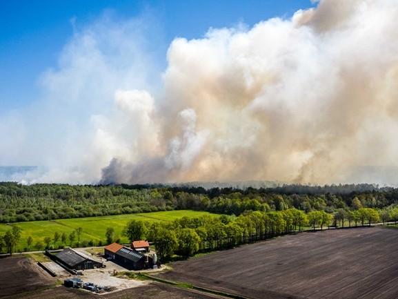Natuurbrand Deurnese Peel neemt in hevigheid af, helikopters ondersteunen bij het bluswerk