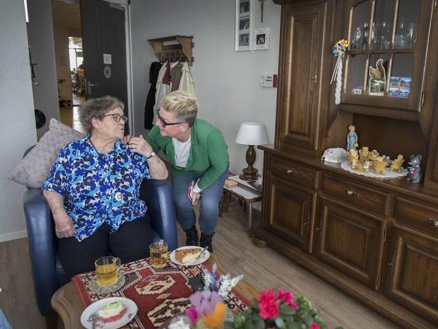 Ouderen in verpleeghuis zijn eenzaam: 'Een goede borrel kun je wel vergeten'
