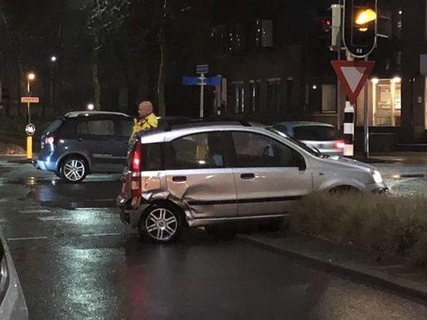 Twee auto's total loss na aanrijding voor de deur van het politiebureau in Nijverdal