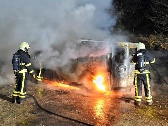 Bestelbus uitgebrand op zandpad in Hilvarenbeek
