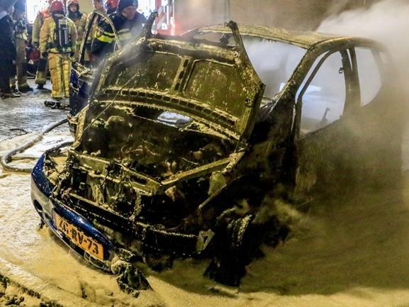 Auto vliegt in brand, bestuurder zet wagen nog op een veilige plek