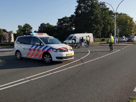 Ernstig gewonde bij aanrijding tussen auto en scooterrijder in Hengelo