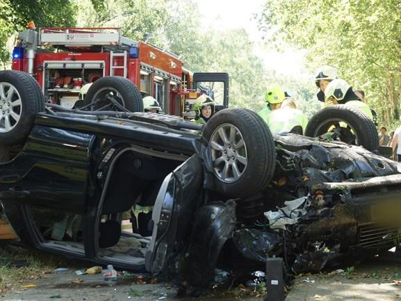 Auto rijdt tegen boom en slaat over de kop in Drunen, bestuurder met spoed naar het ziekenhuis