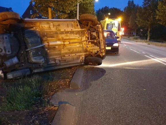 Auto kantelt in Haaksbergen, grind op de weg mogelijke oorzaak