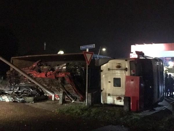 Vrachtwagen met schroot kantelt in Staphort