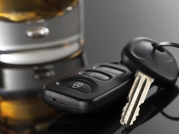 Pool met drank op weigert mee te werken aan politiecontrole in De Lutte
