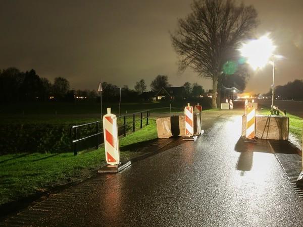Wegblokkades op Daarlerveenseweg in Vriezenveen om sluipverkeer tegen te gaan