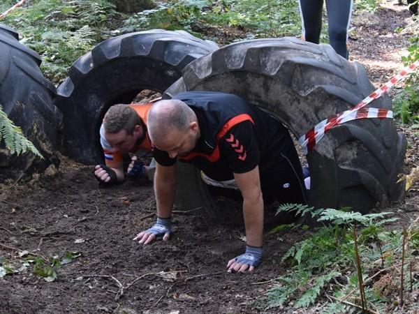 Negenhonderd deelnemers kruipen door modder in Gramsbergen