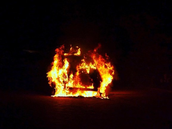 Auto in Deventer verwoest door brand