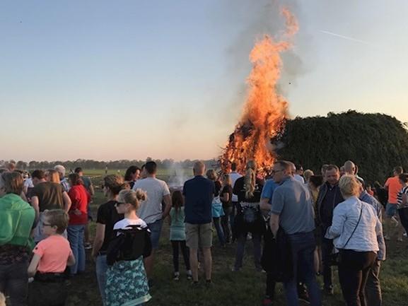 """Burgemeester Rijssen-Holten blikt tevreden terug op paasvuren: """"Deze traditie pakken ze ons niet af"""""""