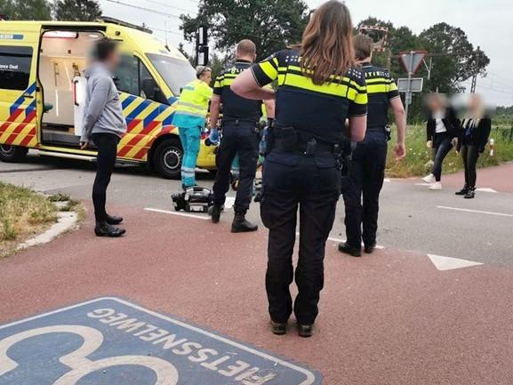 Scooterrijder ernstig gewond na botsing met auto in Hengelo