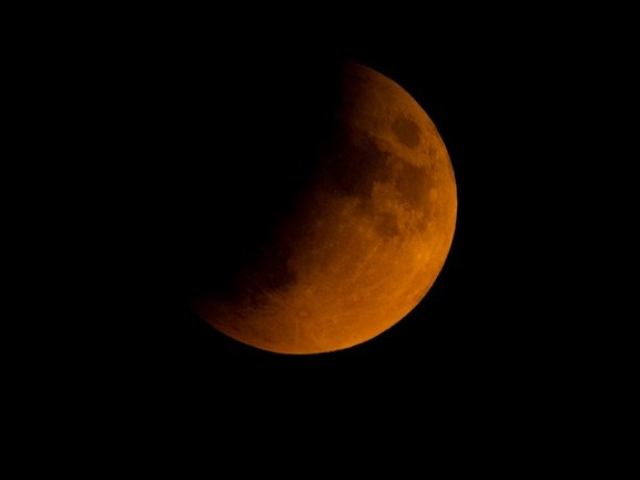 Gedeeltelijke maansverduistering levert prachtige kleuren en fraaie FOTO'S op