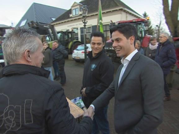 D66 fractievoorzitter Jetten krijgt 'warm onthaal' van boeren in Diepenheim