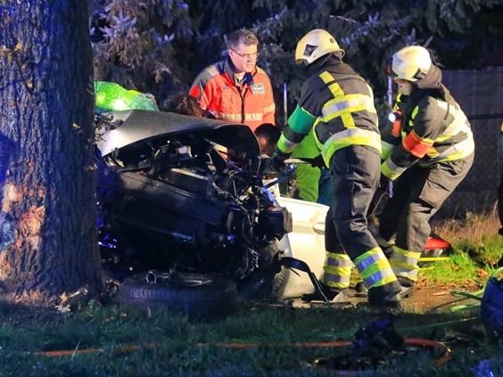 Auto tegen boom in Deurne, bestuurder met spoed naar ziekenhuis