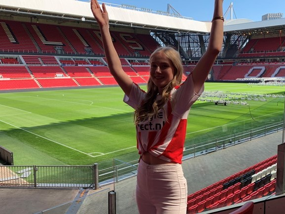Anna (17) is 'de stem' van PSV: 'Niet zeggen hoor! Daar word ik zenuwachtig van'