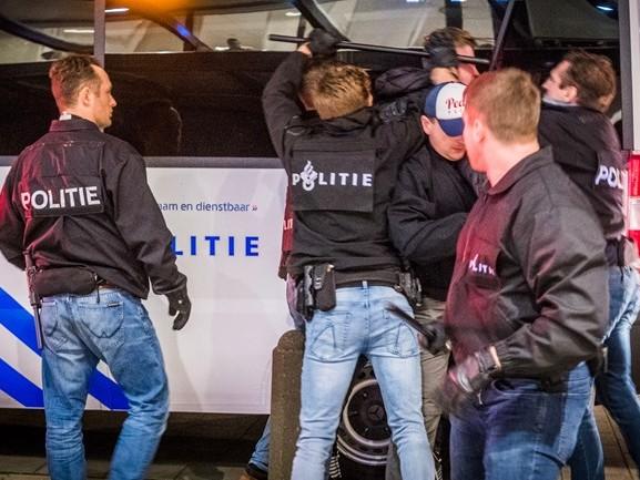 PSV-supporters bestormen hoofdingang stadion, vijf arrestaties [VIDEO]